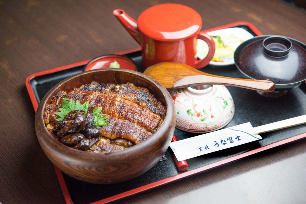【炭焼 うな富士 有楽町店】なら希少な青鰻を使ったひつまぶしやうな重を味わえます